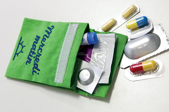 Pochette dose remplie avec des produits conservés dans leur emballage.