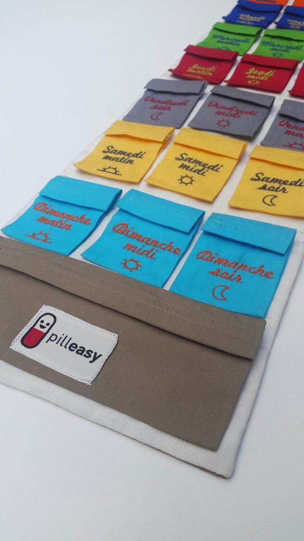 La trousse amovible du Pilulier Pilleasy Tonique et les pochettes doses en perspective.