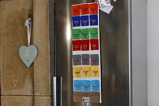 Le Pilulier Pilleasy Tonique accroché sur la porte du réfrigérateur.