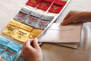 Pour ne pas oublier ses ordonnances : le Pilulier Pilleasy Tonique a 2 poches latérales pour ranger les ordonnances et le carnet de santé.