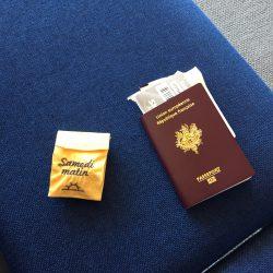 Pilleasy voyage, il prend l'avion et passe les frontières.