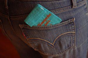 La pochette-dose, douce et souple, se glisse dans la poche de votre jean.